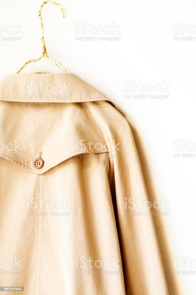 parte de trás de um bege elegante trench coat branco isolado sobre - foto de acervo