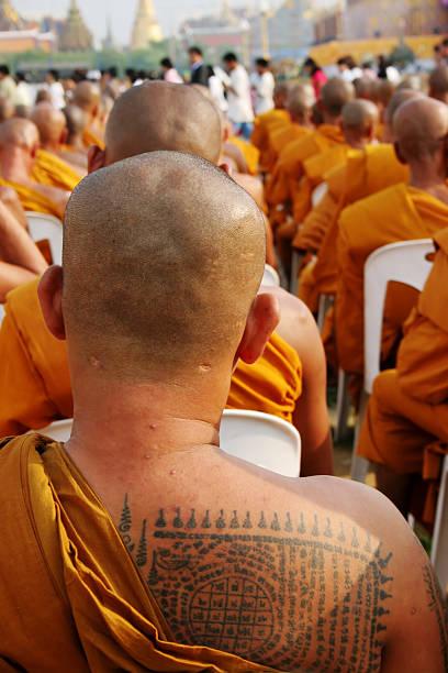 mönche - ruhegebet tattoo stock-fotos und bilder