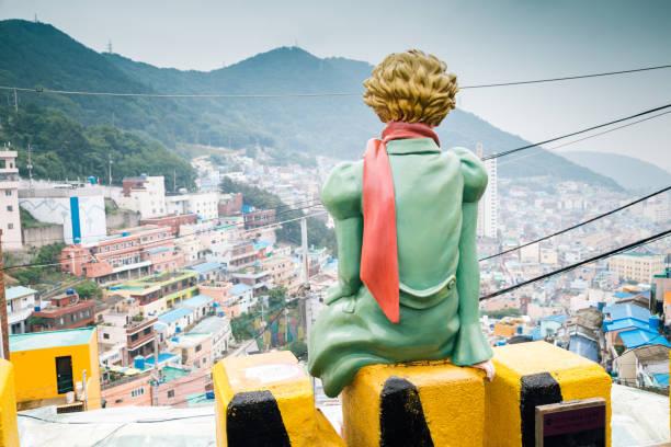 韓国・釜山の甘川文化村で王子の背面 - 釜山 ストックフォトと画像