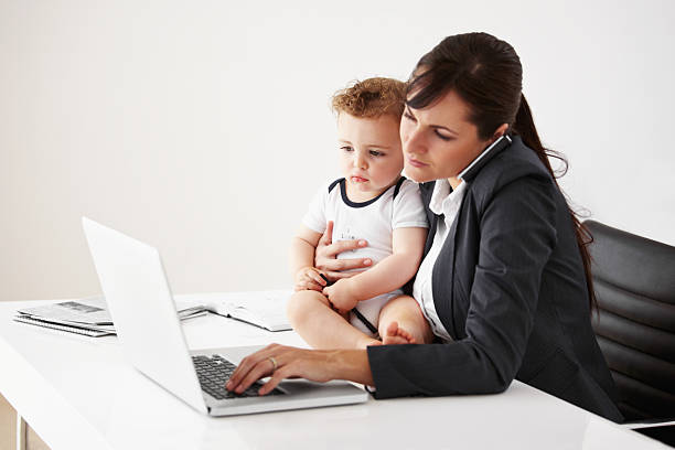l'équilibre de travail mère - femmes actives photos et images de collection