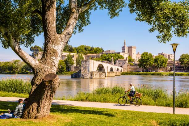 Les rives du Rhône par une journée ensoleillée, en face du pont d'Avignon et du palais papal d'Avignon, en France. - Photo