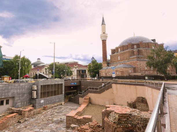 Die Banya Bashi Moschee in der Nähe des archäologischen Gebiets der antiken Serdica und der U-Bahn-Eingang – Foto