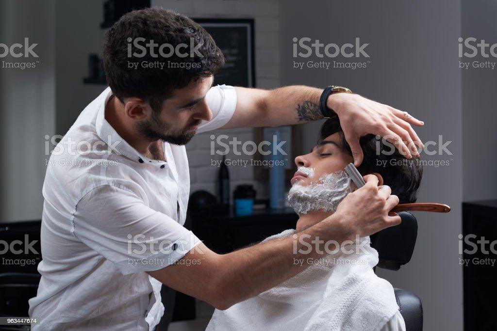 Le Barbier rase la barbe rasoir et mousse à raser - Photo de Adulte libre de droits