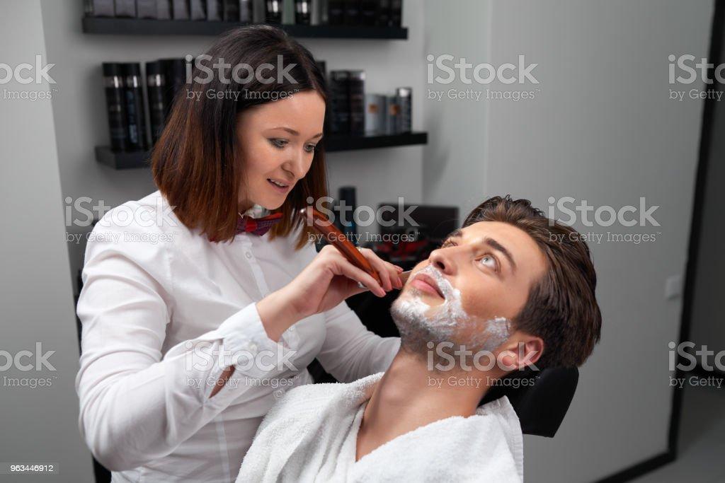 Kuaför kadın jiletle sakal tıraş - Royalty-free Adamlar Stok görsel