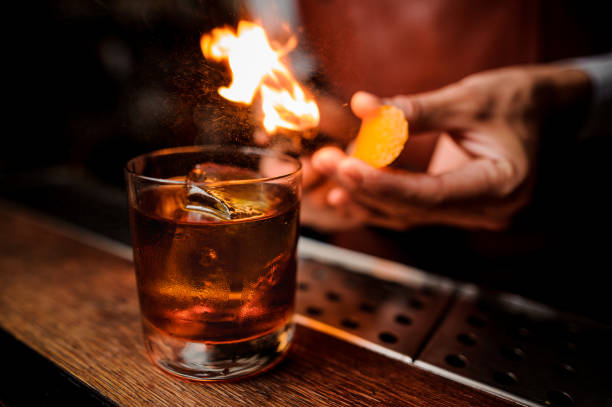 le barman fait flamme au-dessus de cocktail clôture - barman photos et images de collection