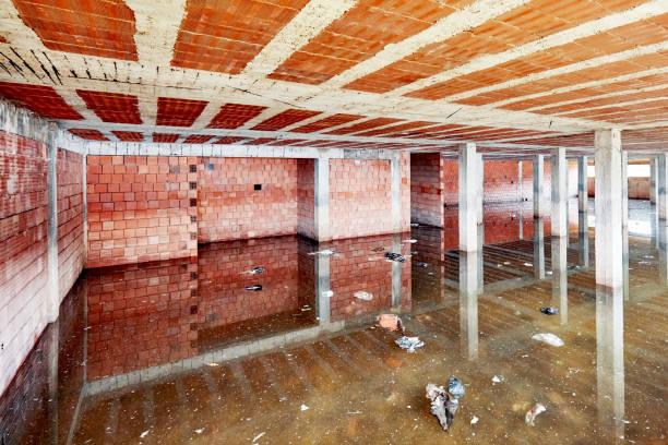 el sótano de un edificio en construcción está lleno de agua sucia de la inundación - basement fotografías e imágenes de stock