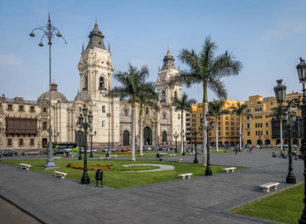 la basílica catedral de lima en la plaza mayor - lima, perú - perú fotografías e imágenes de stock