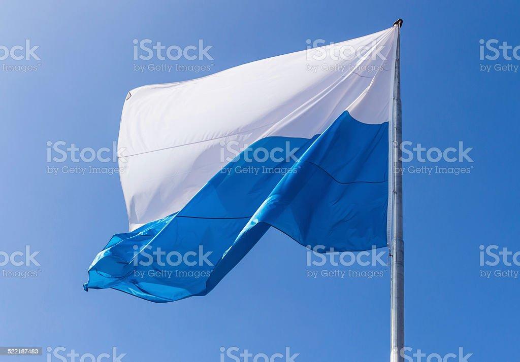 Der bayerischen Flagge mit blauem Himmel in Deutsch – Foto