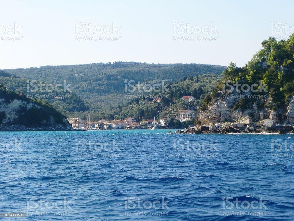A Baía de Antipaxos, na Grécia, com vista para uma vila de pescadores do idílico - foto de acervo