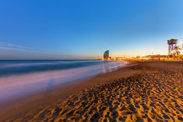 La playa de Barcelona en la puesta de sol - foto de stock