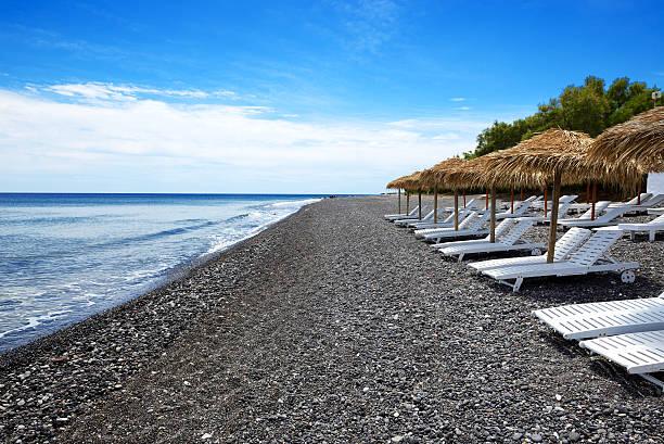 Strand mit schwarzem vulkanische Steine auf der Insel Santorin, Griechenland – Foto