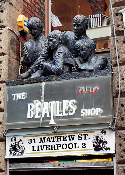 shops in liverpool, die mit den beatles in der legendären mathew street. - beatles band stock-fotos und bilder