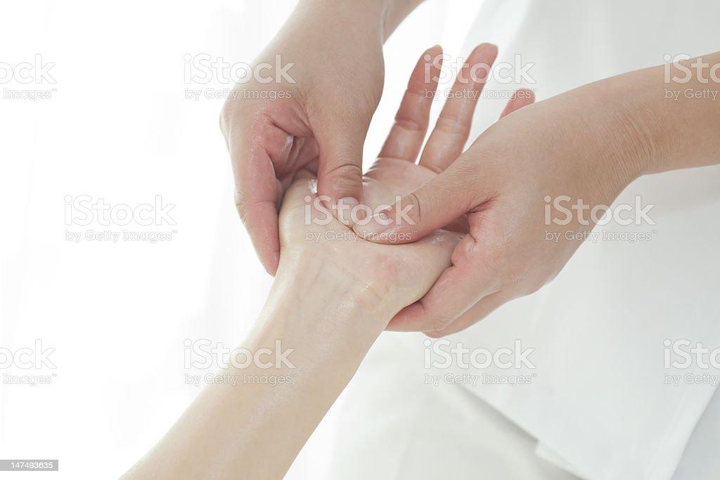 Der Kosmetikerin, die eine hand Massage – Foto