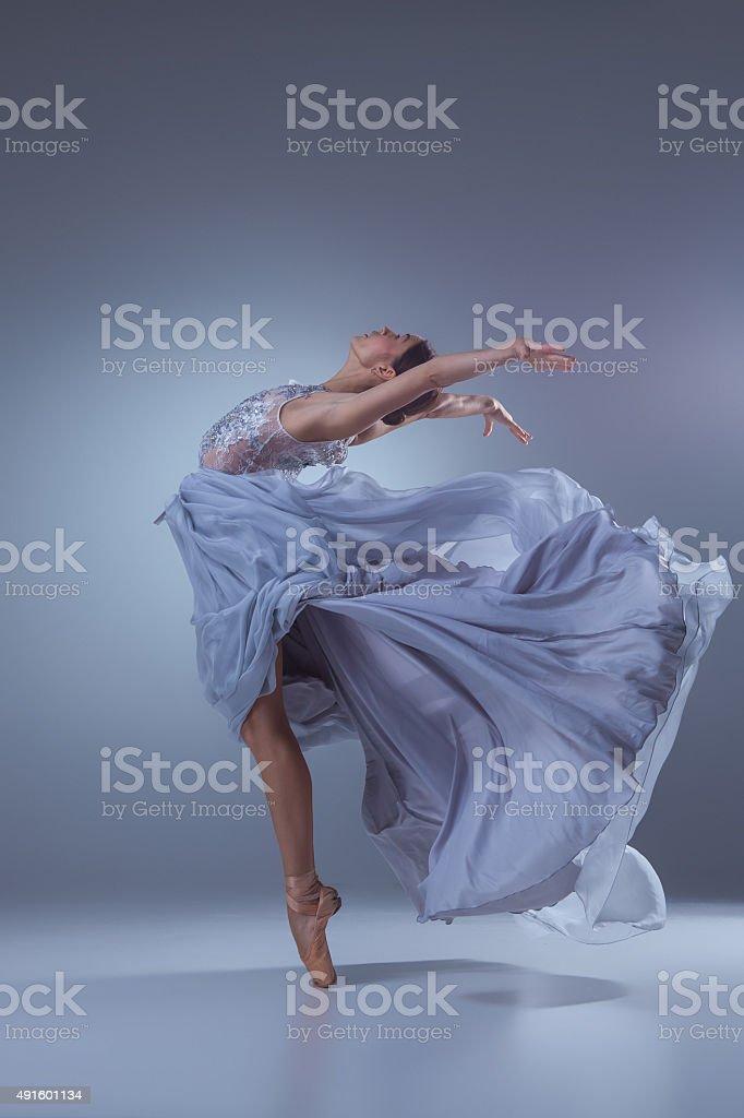 El hermoso ballerina bailando en vestido largo azul - foto de stock