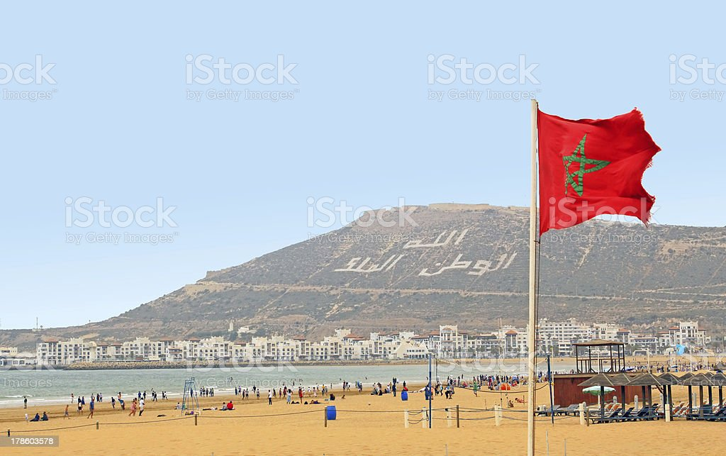 The beautiful beach in Agadir with flag of Morocco​​​ foto