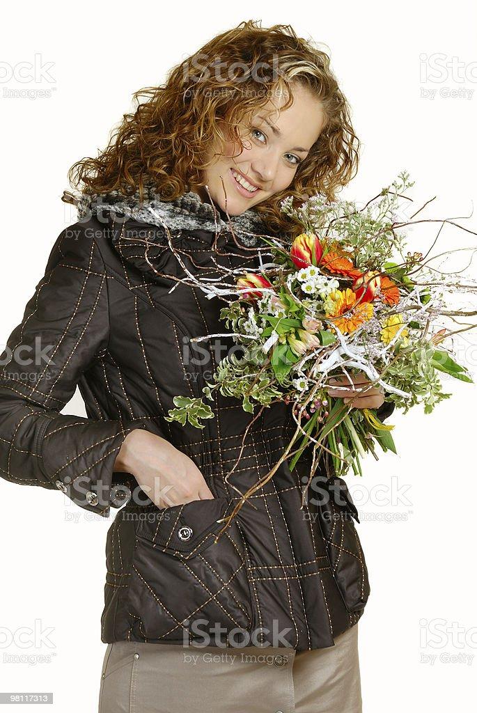 La bella ragazza con un mazzo di fiori foto stock royalty-free