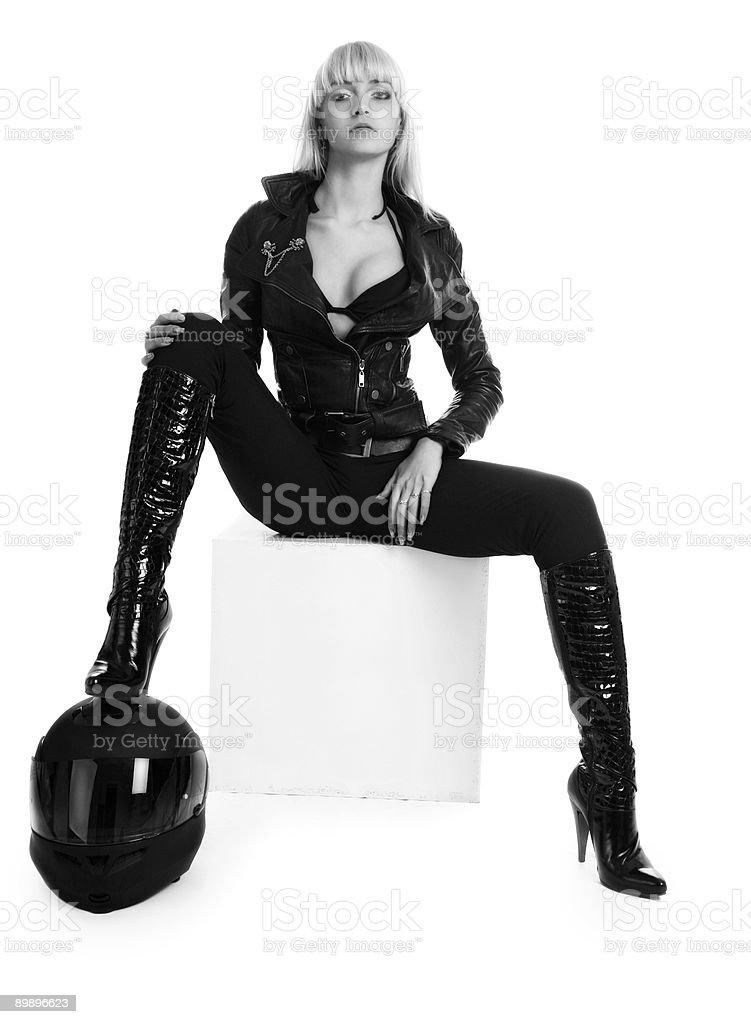 La hermosa joven con un casco de motociclismo foto de stock libre de derechos