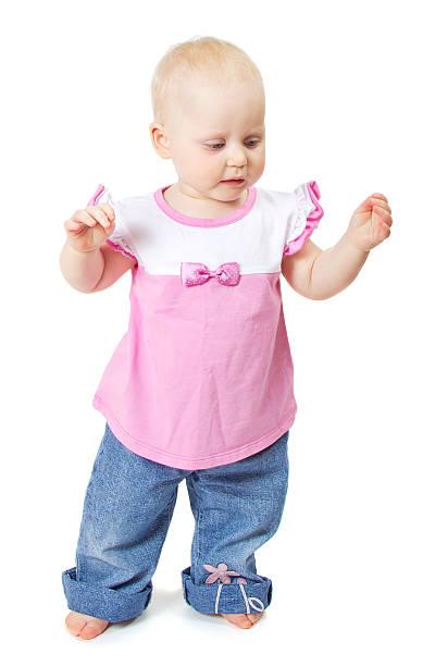 die wunderschönen kleinen baby in rosa jacke und jeans - damen hosen angels stock-fotos und bilder