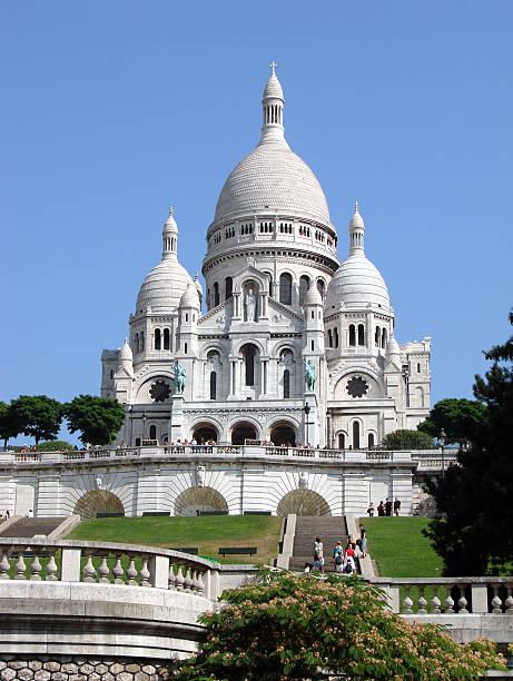 the beautiful palace in sacre coeur with tourists near it - montmatre utsikt bildbanksfoton och bilder