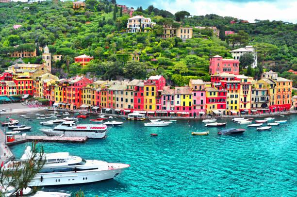 das schöne panorama der portofino mit farbenfrohe häuser, luxus schiffe und jachten im hafen von kleinen bucht. ligurien, italien europa - westeuropa stock-fotos und bilder
