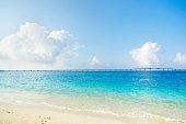 日本では沖縄の美しい海の景色