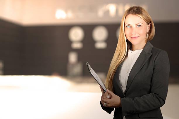 Schöne lächelnd business-Frau Porträt. Lächelnd weiblich Rezeptionist – Foto