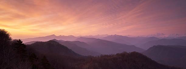 der wunderschöne sonnenaufgang im kaukasus - religionsfreiheit stock-fotos und bilder