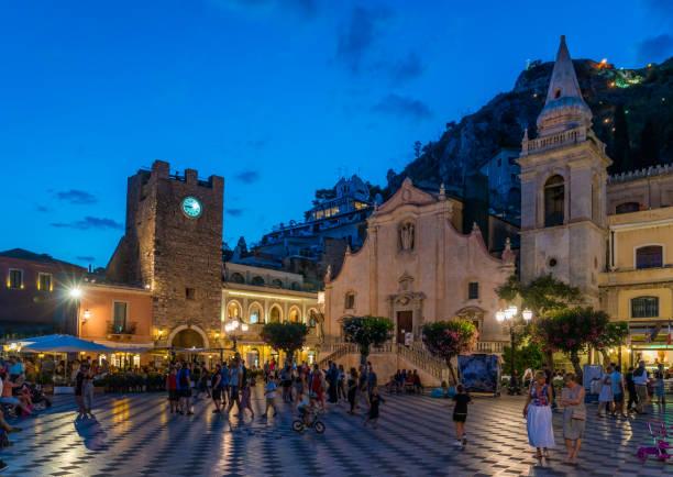 美麗的陶爾米納在一個夏天的夜晚。梅西納省, 西西里島, 義大利南部。 - 陶爾米納 個照片及圖片檔