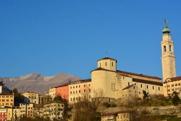 die schöne Stadt Belluno mit dem Serva-Berg-Symbol der Stadt im Hintergrund – Foto