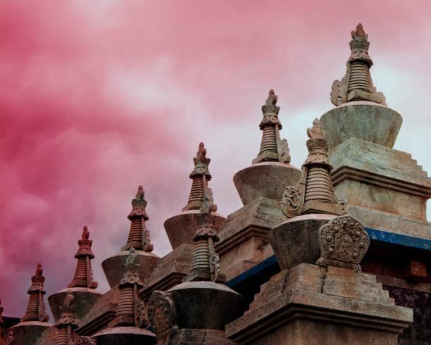 La hermosa torre blanca del templo tibetano en Daocheng, Sichuan, China - foto de stock