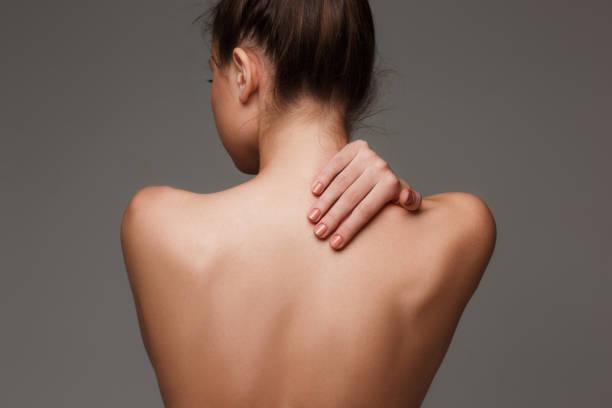 회색 바탕에 아름 다운 여자의 몸 - 벌거벗은 뉴스 사진 이미지