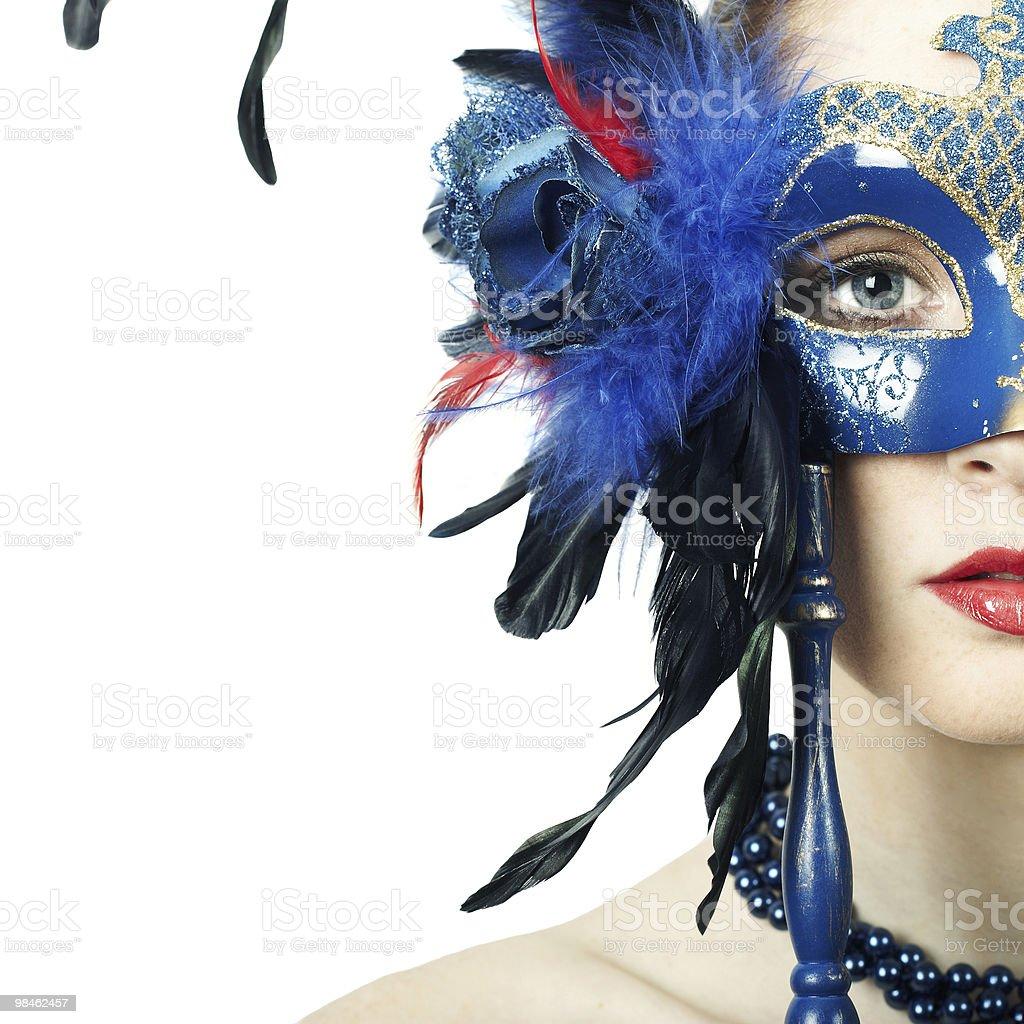 La bella ragazza in una maschera foto stock royalty-free