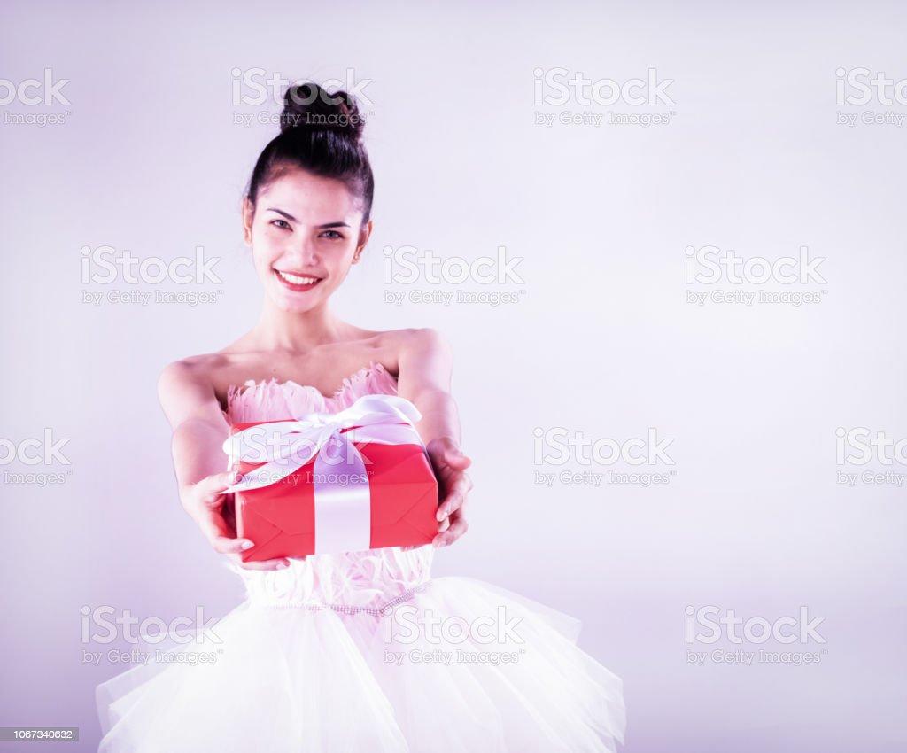 La Dama De Belleza Lleva Vestido De Ballet Con Caja De