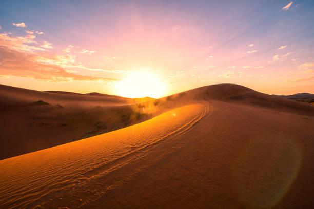 die schönheit der sanddünen in der wüste sahara in marokko - sahara stock-fotos und bilder