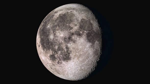 la bellezza dell'universo: meravigliosa luna gibbous in declino super dettagliata - luna gibbosa foto e immagini stock