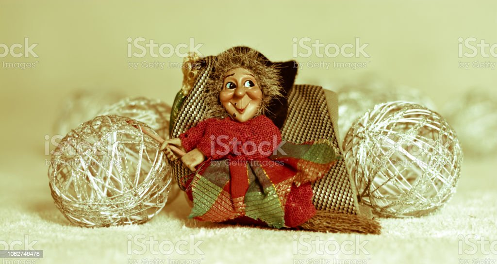 the Befana flies with the broom in the snow - foto stock