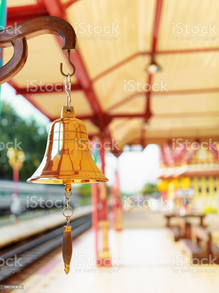 The bell is at the station Hua Hin in Thailand. royaltyfri bildbanksbilder