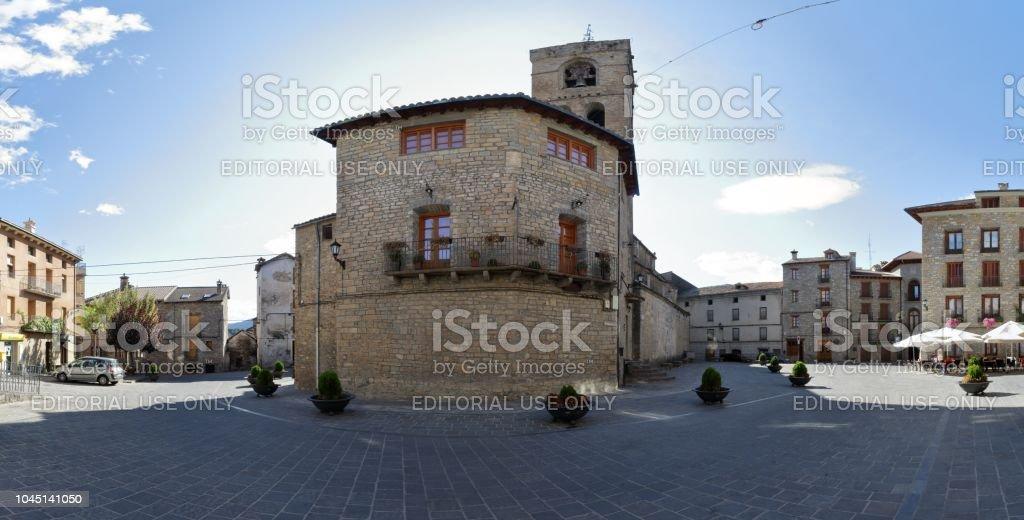 La campana towerand la parte posterior de la piedra hecha Colegiata de San Pedro (Colegiata de San Pedro) en Boltaña, un pequeño pueblo rural en las montañas del Pirineo Aragonés Español - foto de stock