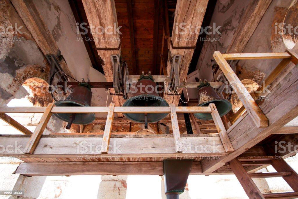 Os sinos na torre sineira da Igreja de Santa Eufémia em Rovinj. - foto de acervo