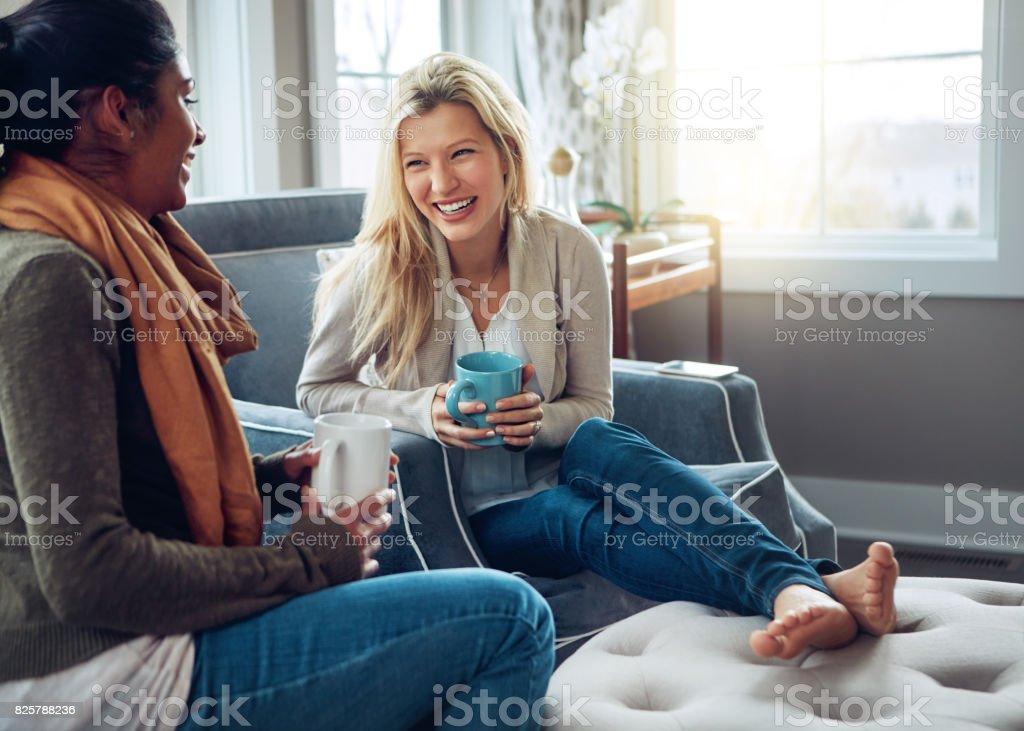 El mejor café es el que bebe con los amigos - foto de stock
