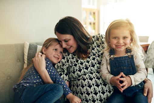 엄마와 함께 소비 하는 최고의 순간 가정 생활에 대한 스톡 사진 및 기타 이미지
