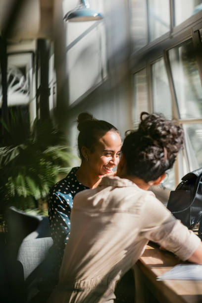 o melhor dos amigos - girl power provérbio em inglês - fotografias e filmes do acervo