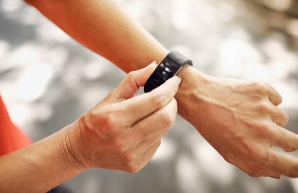 the best piece of tech for your wrist - attrezzatura per esercizi foto e immagini stock