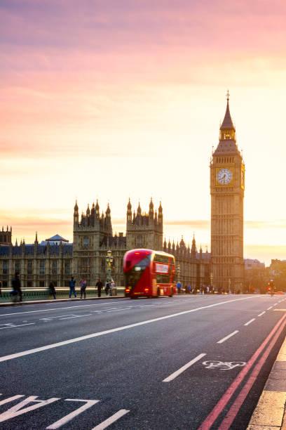 Der Big Ben, Houses of Parliament und Doppeldecker Bus verschwommen in Bewegung, London, UK – Foto
