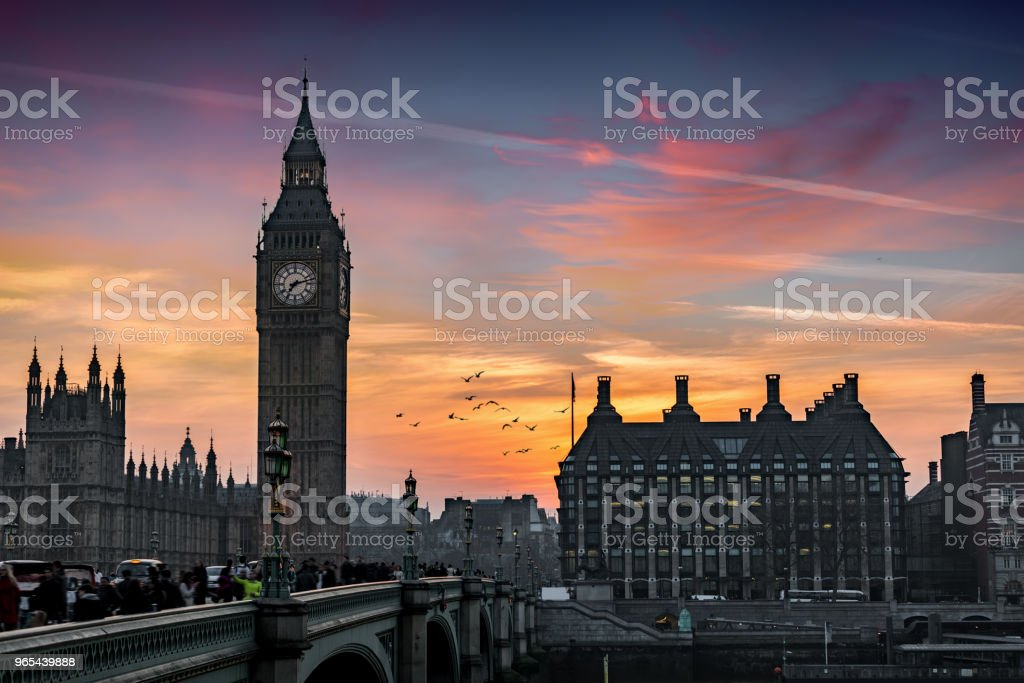 The Big Ben tower and Westminster Bridge at the river Thames in London during sunset time zbiór zdjęć royalty-free