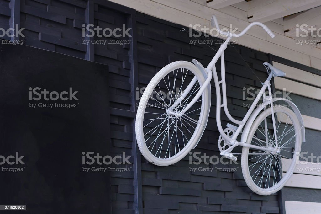 The bike is painted white on a wall - foto de acervo