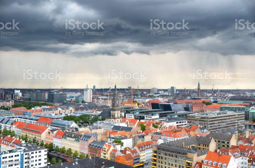 Die Vogelperspektive aus der Kirche unseres Erlösers mit dem Regen über Kopenhagen. – Foto