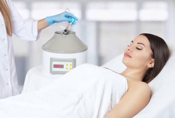 Das Blutrohr wird aus der medizinischen Zentrifuge zum Plasmaheben entfernt. Prp-Verfahren. Kosmetologie und professionelle Hautpflege. – Foto