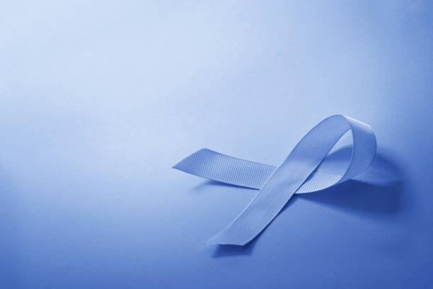 de toon van de blauwe kleur van lint als symbool voor kanker bewust met kopie ruimte - prostaatkanker stockfoto's en -beelden