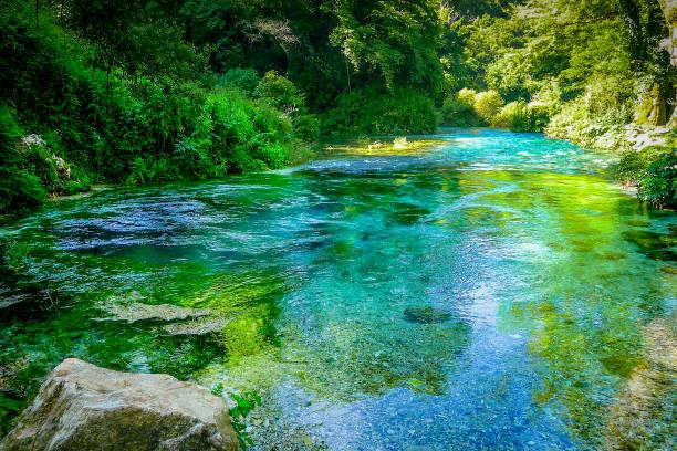 블루 눈 봄 (syri 나 kalter), 명확 하 고 신선한 물, 남쪽 알바니아에서 vlore 국가에서 sarande 근처 50 미터 깊은 자연 수영장 - 카르스트 지형 뉴스 사진 이미지